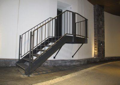 Fluchttreppe-mit-Gitterrosttritten
