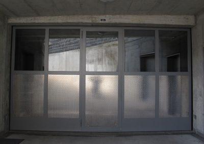 Schiebetor-mit-Glasband-1