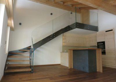 Treppe-viertelgewunden-mit-Ganzglasgelaender